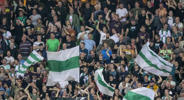 Voetbalstadions voor het eerst weer vol dit weekend. Aan fans de eer om het eerste fluitsignaal te geven.
