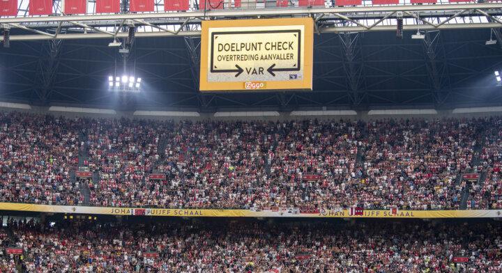 VAR-herhalingen op stadionschermen te zien